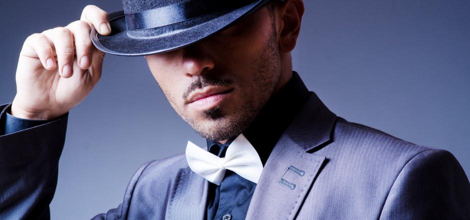 hombre saludando con su sombrero cortésmente
