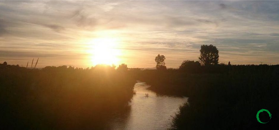 atardecer en un río en la naturaleza