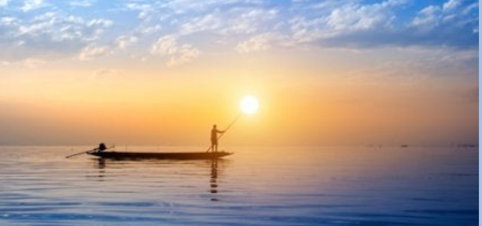 pescador en barca pescando al amanecer