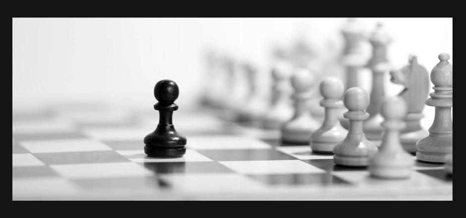 peón negro destacado frente a peones blancos en una partida de ajedrez
