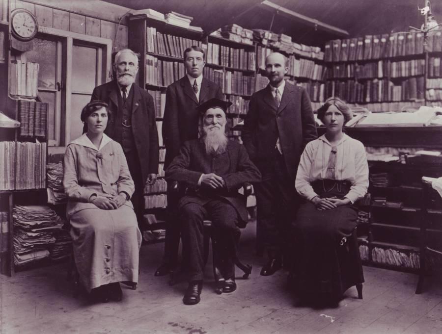 foto en blanco y negro de un grupo de personas en una biblioteca antigua