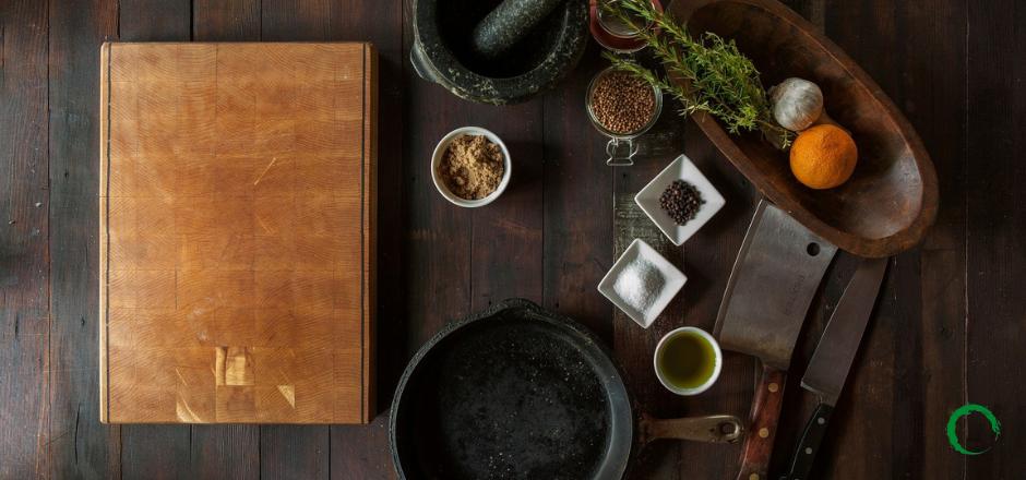 utensilios de cocina sobre mesa de cocina