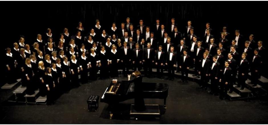 coro compuesto por muchas personas hombres y mujeres